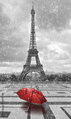 Deurstickers Eiffeltoren Eiffel tower in the rain. Black and white photo with red element
