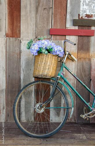 La pose en embrasure Velo Old ladies bicycle leaning against a wooden plank