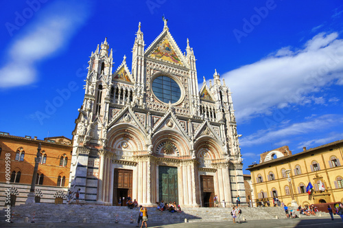 Valokuvatapetti Beautiful medieval city in Tuscany Siena - view of  Duomo