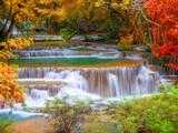 Wodospad w głębokiej dżungli lasów tropikalnych (Huay Mae Kamin Waterfall i - 69026752
