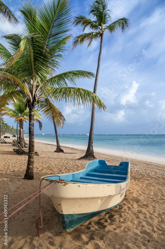 Spoed Foto op Canvas Caraïben boat on sandy Tropical Caribbean beach