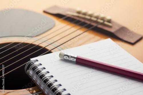 Láminas  Notebook and pencil on guitar