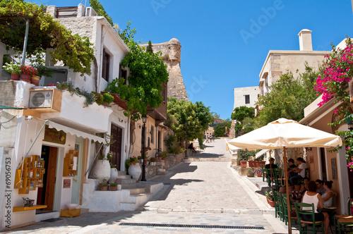 turysci-odpoczywaja-na-starym-miescie-w-rethymno-kreta-grecja