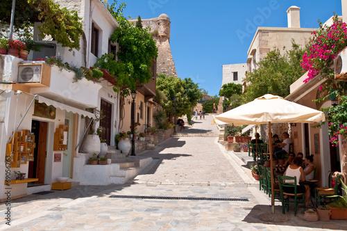 turysci-odpoczywaja-w-miescie-rethymno-kreta-grecja