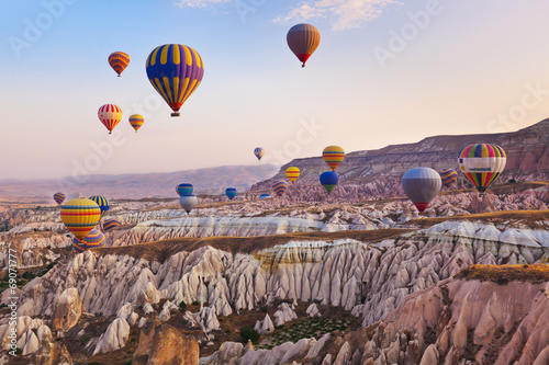 Foto op Plexiglas Ballon Hot air balloon flying over Cappadocia Turkey