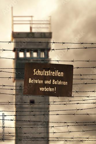 Photo  Wachturm mit Stacheldraht und Verbotsschild an der ehemaligen in