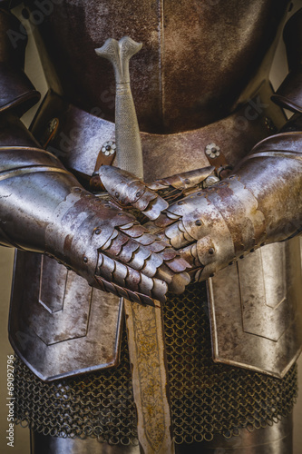sredniowieczna-zbroja-wykonana-z-kutego-zelaza