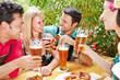 Gruppe hat Spaß im Biergarten in Bayern