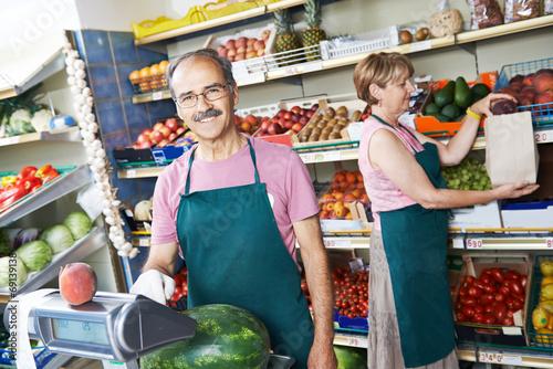 Fotografía  sales an in fruit market shop
