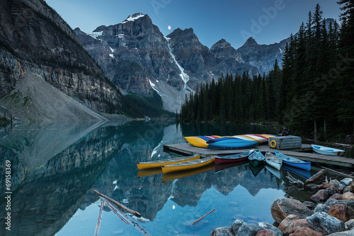 Fotobehang Canada Moraine Lake in Moonlight with a couple