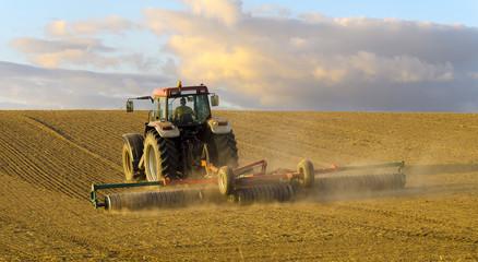 Wiosenne pole,traktor orzący pole pod zasiewy