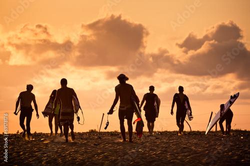 Fotografie, Obraz Surfer sur la plage au soleil couchant