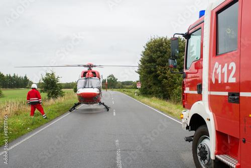 Rettungshubschrauber an Einsatzstelle Fototapet