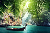 długa łódź i skały na plaży w Krabi, Tajlandia