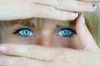 Leinwanddruck Bild - Augen und Haende