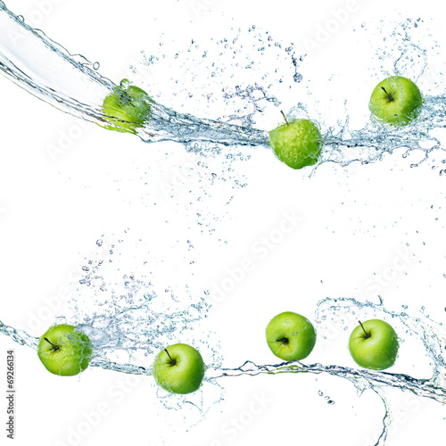 green apples in splash of water isolated Fototapete