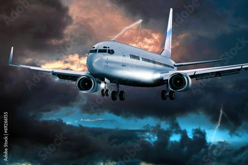 Poster  Passagierflugzeug im Landeanflug bei Gewitter
