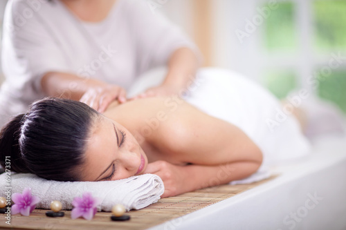 Fotografía  Beautiful woman having a wellness back massage