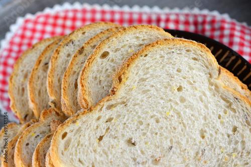 Recess Fitting Bakery Vers meergranenbrood op een bord met servet