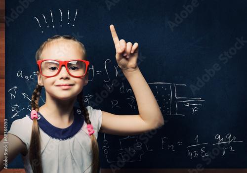 dziewczynka-z-okularami-i-w-warkoczykach-z-nowymi-pomyslami-w-glowie