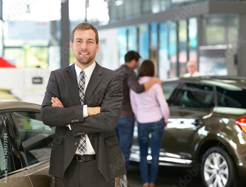 Fotografía  Verkäufer im Autohaus // Salesman in car showroom
