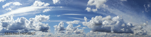 niebieskie-niebo-z-chmura-panoramiczny-nieba-tlo