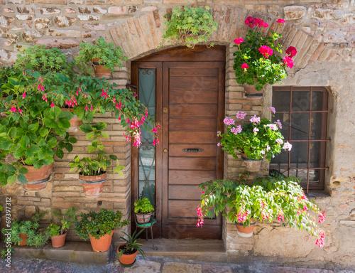 eleganckie-drewniane-drzwi-z-kwiatami