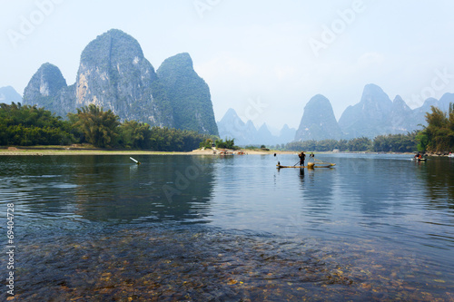 In de dag Guilin Li River scenery sight with fog in spring, Guilin, China