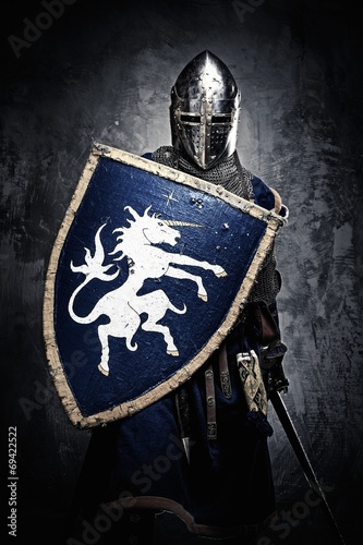 Foto Medieval knight against stone wall