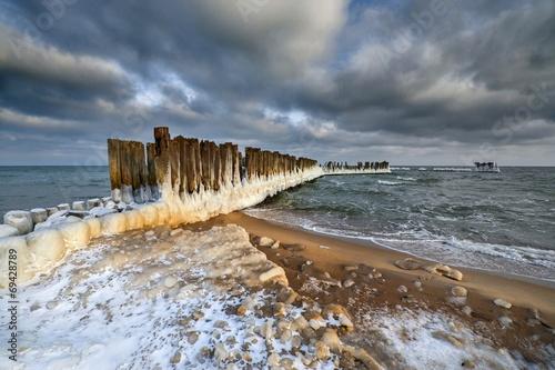 Fotobehang - Krajobraz Morski, oblodzony drewniany falochron