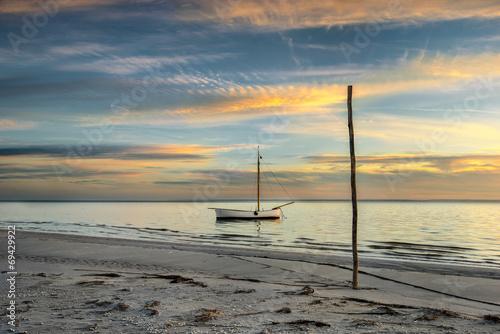 Fotobehang - Krajobraz Morski, kutry rybackie na plaży