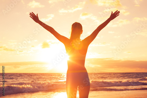 Fotomural Happy Free Woman at Sunset on the Beach