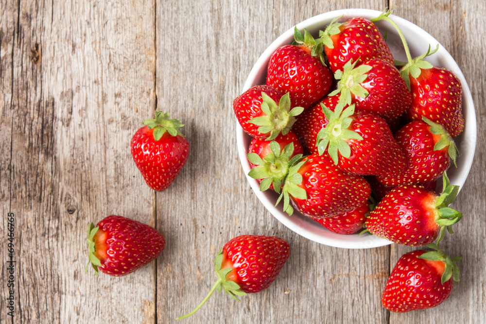 Fototapety, obrazy: Red strawberry in a bowl