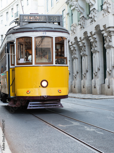 tramwaj-staromodny-podroz-po-lizbonie-zolta-komunikacja
