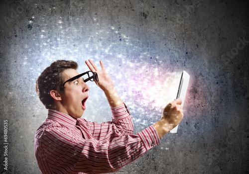 Valokuva  Guy using tablet pc