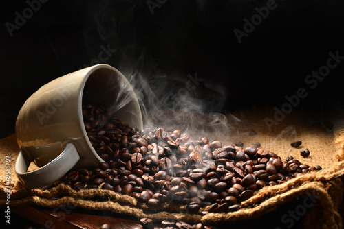 Salle de cafe Coffee beans with smoke in coffee cup