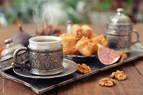 Photo  Oriental sweets with coffee