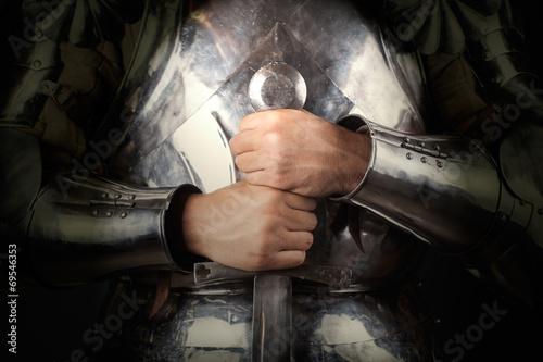 Ritter, der Rüstung trägt und Zweihandschwert hält Fototapete