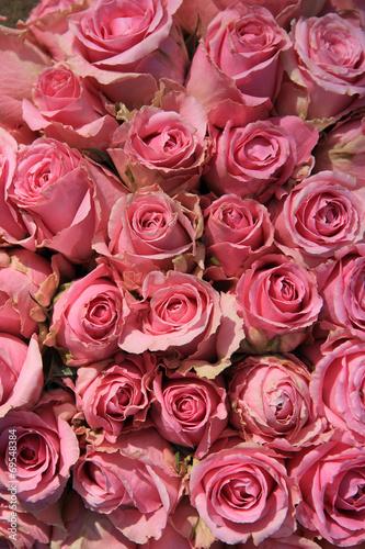 rozowe-roze-w-bukiecie-slubnym