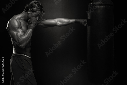 Photo  MMA Fighter Practicing With Boxing Bag