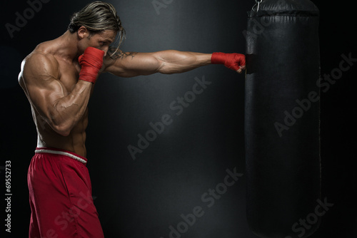 Photo  Attractive Man With Boxing Bag