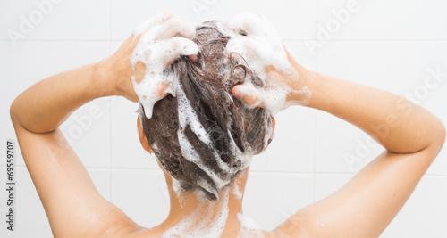 Fotomural Woman washing her hair