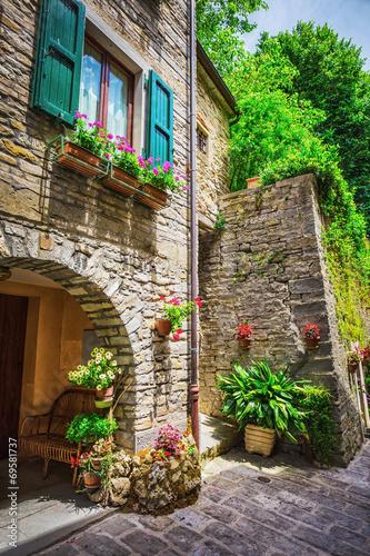 Obraz Włoska ulica w małym prowincjonalnym miasteczku Toskanii - fototapety do salonu