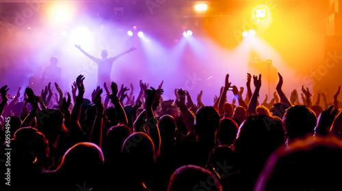 Fototapeta Jubelnde Konzertbesucher auf Rock-Konzert obraz