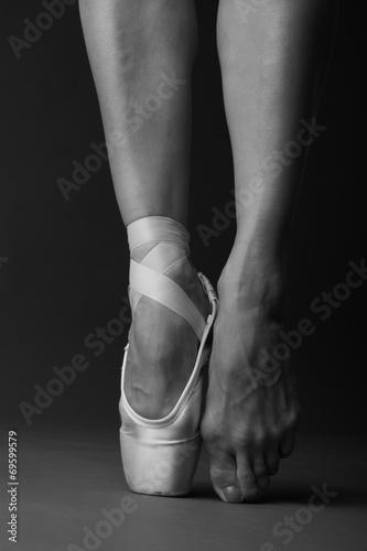 stojacy-na-palcach-tancerz-baletowy