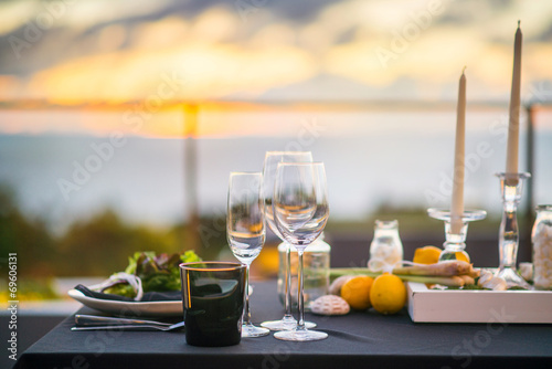 Fotografía  Empty glasses set in restaurant  Dinner table outdoors at sunset