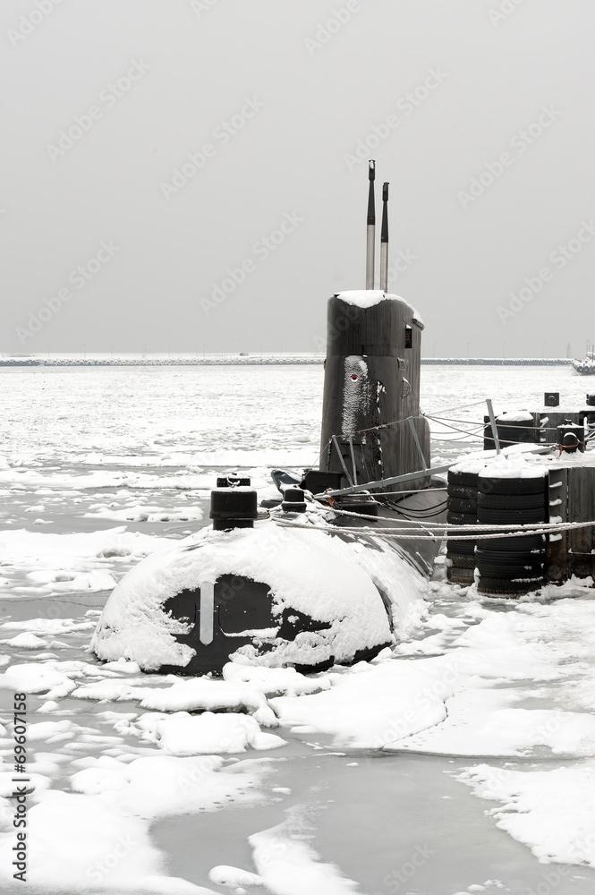 Fototapeta Okret podwodny w zimowym porcie
