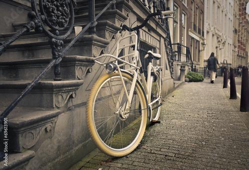 Deurstickers Fiets an old bicycle in a grey street