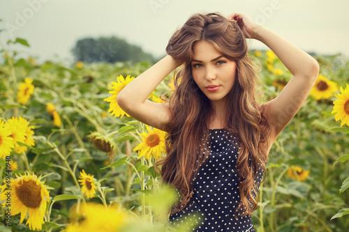Poster Jaune Beautiful girl with sunflowers