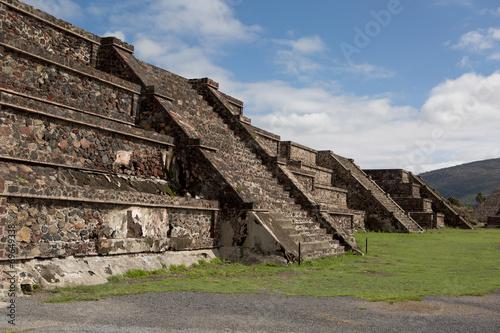 In de dag Mexico row of flat top pyramids
